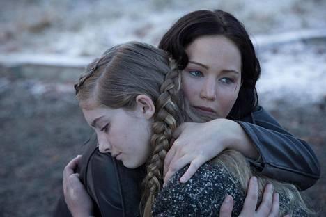 Primrose ja Katniss Everdeen (Willow Shields ja Jennifer Lawrence) kakkososassa Nälkäpeli – Vihan liekit.
