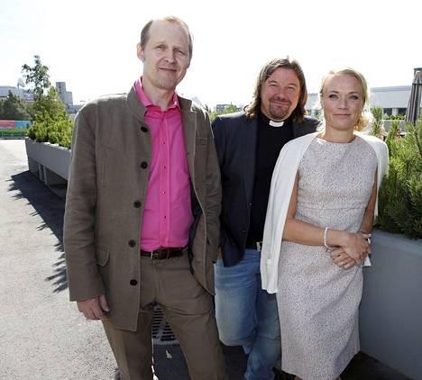 Ensitreffit alttarilla -sarjan asiantuntijaraati Mikael Saarinen (vas.), Kari Kanala ja Maaret Kallio saattoivat sinkut yhteen.