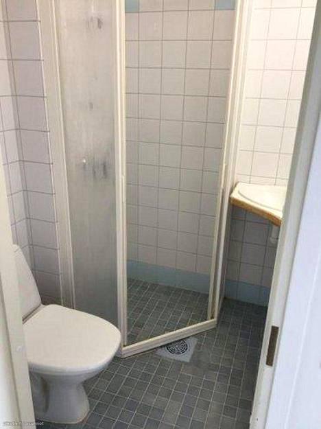 Loimaalla sijaitsevassa, 300 euroa kuussa maksavassa 16 neliön asunnossa kylpyhuone on tiivis, mutta kaikki tarpeellinen löytyy. Monissa miniyksiöissä vessa saattaa olla paljon pienempikin, kun suihku on saatettu korvata vaikkapa bideesuihkulla.