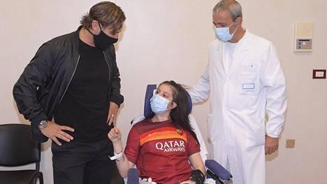 Jalkapallolegenda Francesco Totti (vas.) vieraili roomalaisessa sairaalassa 19-vuotiaan Ilenia Matillin luona.