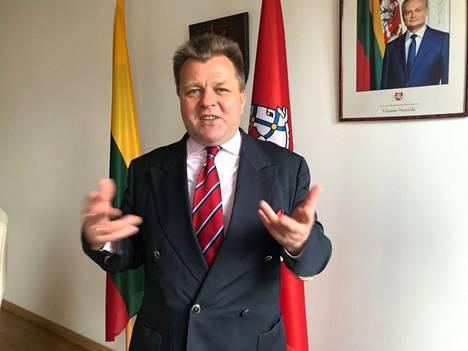 Liettuan varaulkoministeri Mantas Adomėnas tyrmää neuvottelut Aljaksandr Lukashenkan kanssa, sillä se olisi hänen mukaansa sama kuin neuvottelisi terroristin kanssa.