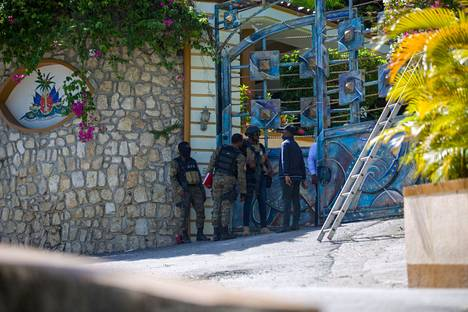 Sotilaat presidentin yksityisasunnon portilla kuvattiin murhayön jälkeisenä päivänä keskiviikkona.