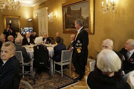 Sauli Niinistö tapasi Linnan juhlissa perinteisesti sotaveteraaneja.