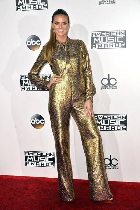 Malli ja juontaja Heidi Klum kultaisessa haalariasussaan.
