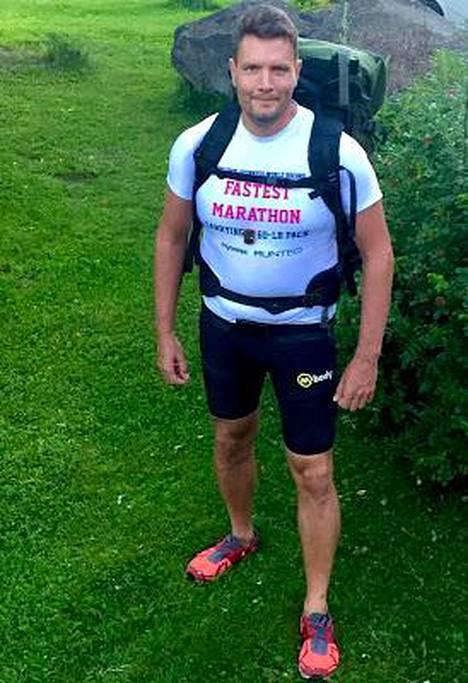 Kallioniemi juoksi ensimmäisen maratoninsa 127-kiloisena. Nyt 27 kiloa on rinkassa, sata kehossa.