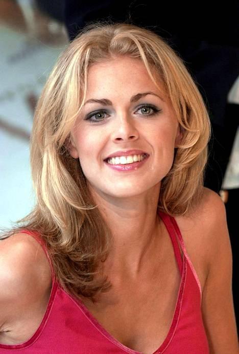 Kerroksittainen hiusleikkaus ja alta tummemmat hiukset = 2000-luvun alun trenditukka. Kuvassa Donna Air Halvin.