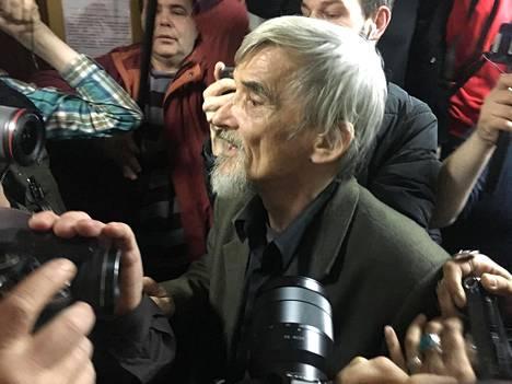 Juri Dmitrijev kuvattuna huhtikuussa 2018 Petroskoissa, kun hänen sittemmin pikavauhtia kumottu vapauttava tuomionsa julistettiin.