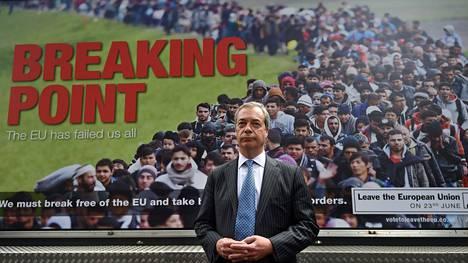 Ukip-populistipuolueen johtaja Nigel Farage poseerasi uuden Eroa-kampanjan julisteen edessä viime torstaina.