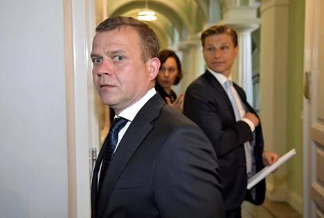 Kokoomuksen puheenjohtajan Petteri Orpon asema ei ole toistaiseksi uhattuna, mutta tilanne voi muuttua jo syksyllä tai kevättalvesta, jos kannatus ei lähde nousuun. Kuvassa väistyvän hallituksen ministerit Orpo, Antti Häkkänen ja Anne-Mari Virolainen poistuvat presidentin esittelystä 6. kesäkuuta.