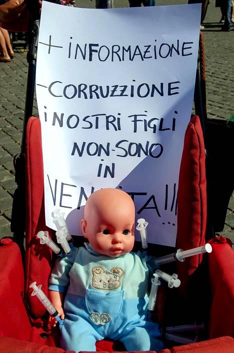 Kuva Roomassa kesäkuussa järjestetystä, rokotepakon vastaisesta mielenosoituksesta.