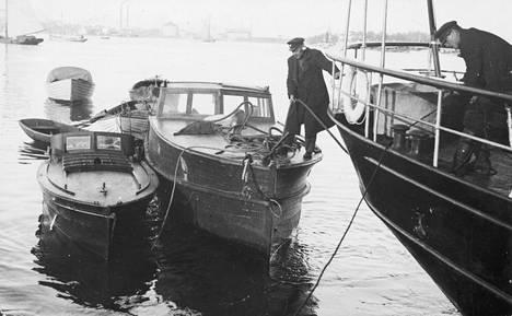 Neljä spriilaivaa takavarikoitiin. Kuva on 1920-luvulta.