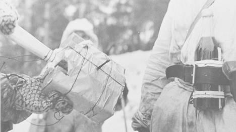 Köyhän maan aseet. Talvisodassa tuhottiin satoja vihollisen panssareita kasapanoksilla ja polttopulloilla.