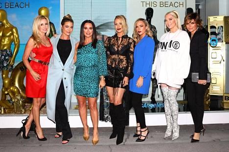 Beverly Hillsin täydelliset naiset -sarjan tähdet Camille Grammer, Denise Richards, Kyle Richards, Dorit Kemsley, Teddi Jo Mellencamp, Erika Jayne ja Lisa Rinna.