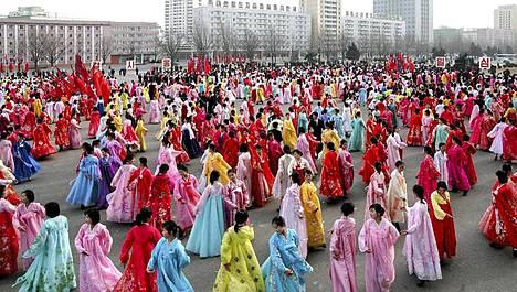 Pohjoiskorealaiset nuoret tanssivat maan johtajan Kim Jong-Ilin syntymäpäiväjuhlassa Pjongjangissa helmikuun 16. päivä.