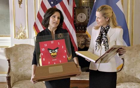 Varapresidentti Selina Meyerin (Julia Louis-Dreyfus) vierailua emännöi pääministeri Minna Haukinen (Sally Phillips, vas.).