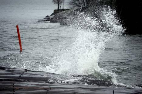 Tuuli yltyy merialueilla puuskissa jopa 35 metriin sekunnissa.