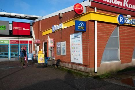 Ketunkallion R-kioski on pelipainotteinen kioski, jossa käyvät lottoamassa yleensä samat ihmiset.