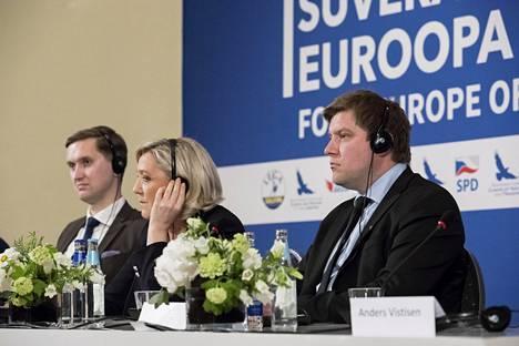 Perussuomalaisten Olli Kotro (oik.) osallistui Tallinnassa Oikeistopopulististen puolueiden liittouma -kokoukseen. Mukana oli myös Venäjä-yhteyksistä kritisoitu Ranskan kansallisen liittouman johtaja Marine Le Pen (kesk.)