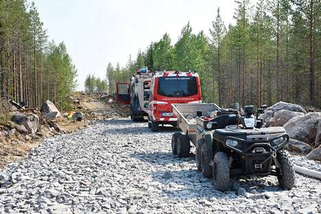 Kaksi pelastuslaitoksen henkilöstöön kuuluvaa henkilöä loukkaantui sammutustöissä lievästi.