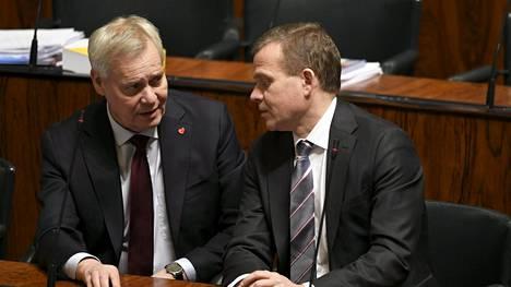 Antti Rinne ja Petteri Orpo kuvattuna eduskunnassa.