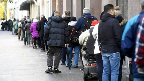 Ihmiset jonottivat elintarvikkeita Helsingin Kalliossa 28. lokakuuta.