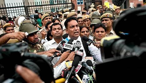 A. P. Singh puhui toimittajille oikeustalon edustalla.
