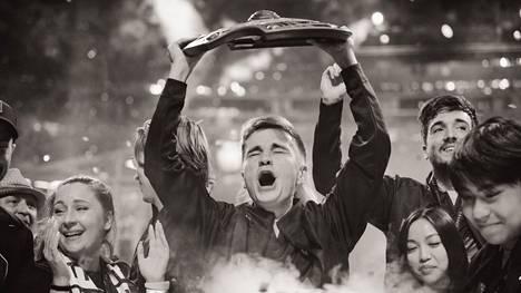 """Ruotsin sisäministeriö ei antanut poikkeuslupaa Dotan MM-kisoille. Kuvassa Topias """"Topson"""" Taavitsaisen OG-joukkueen kapteeni Johan """"N0tail"""" Sundstein juhlimassa mestaruutta vuonna 2019."""