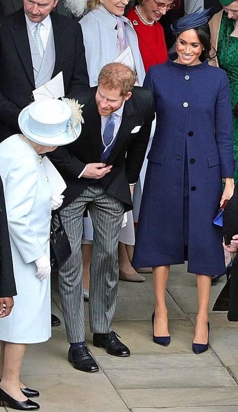 Herttuatar Meghanin sinisen puvun avonaiset napit saivat liikkeelle raskaushuhut.