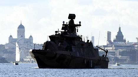 Hamina-luokan ohjusvene lähdössä Helsingistä merelle.