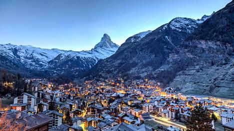 Tältä näyttää kuuluisa Matterhoen ja Zermatt normaalioloissa.