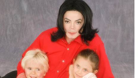 Michael Jackson kuvattuna 2000-luvun alussa lastensa Prince Michaelin ja Parisin kanssa.