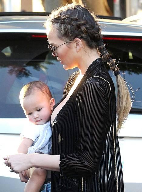 Melko tuore äiti, malli Chrissy Teigen on tainnut huomata, että parikin päivää kerrallaan hiuksissa pysyvä lettikampaus sopii vauva-arkeen.