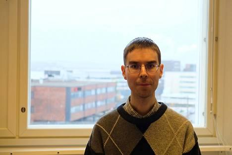 Mikko K. Heikkilä työskentelee Tampereen yliopiston viestintätieteiden tiedekunnassa. Heikkilän työhuoneen ikkunasta voi nähdä Pyhäjärvelle. Pyhäjärvi on vanha ja yleinen paikannimi Suomessa.