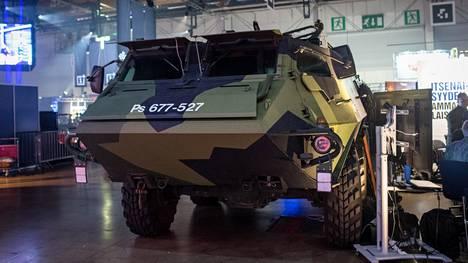 Puolustusvoimien Pasi-miehistönkuljetusajoneuvo tervehti viikonloppuna Messukeskukseen saapuvia Assembly-vieraita.