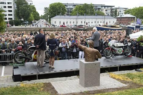 Jarno Saarisen patsaan julkistaminen heinäkuussa 2017 keräsi Turkuun tuhansia faneja.