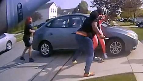 Viranomaiset julkistivat aseensa laukaisseen poliisin kehokameravideon, jossa teini-ikäisellä ammutulla näkyy kädessään teräase juuri ennen tappavia laukauksia.