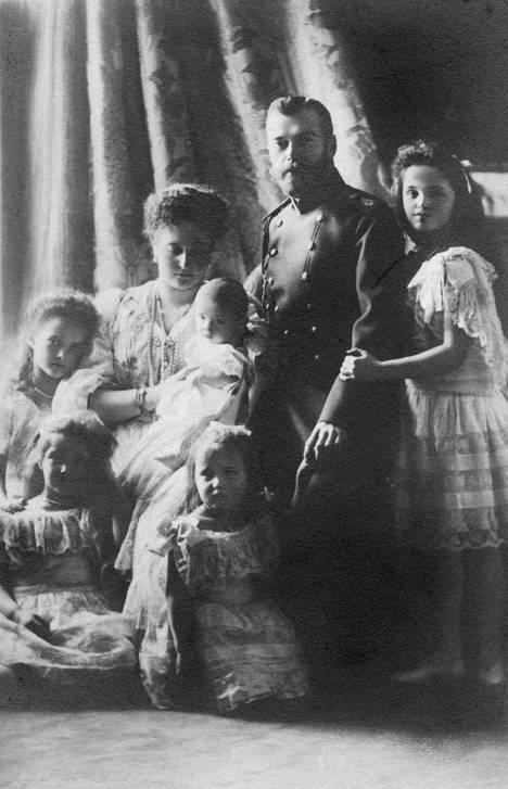 Tsaariperheen elämästä on säilynyt lukuisia valokuvia. Tämä potretti on vuodelta 1905.