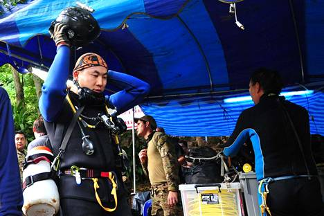 Luolaan on lähetetty sukeltajia, joiden on määrä opettaa loukkuun jääneille pojille sukellustaitoja.