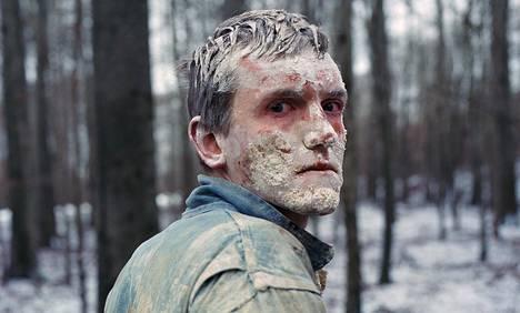 Veljesdraaman Emiliä näyttelee Elliott Crosset Hove.