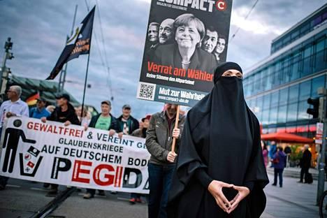 Maahanmuuttoa ja islamia vastustavan Pegida-liikkeen mielenosoitus Dresdenissä.