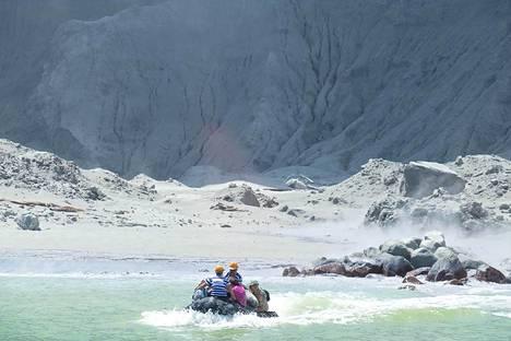 Pelastajia matkalla White Islandille etsimään selviytyjiä tulivuorenpurkauksen jälkeen.
