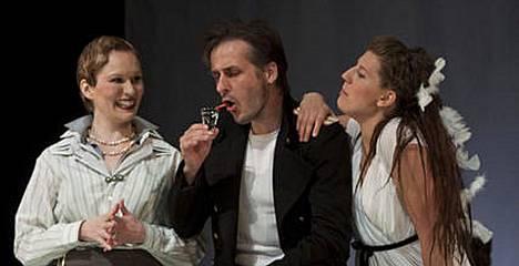 Näyttelijä Seppo Kaisanlahden leuka sananmukaisesti loksahti suutelukohtauksessa Lappeenrannan kaupunginteatterissa.