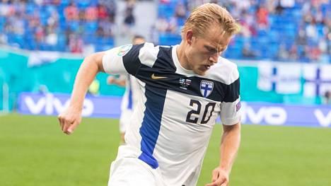 Huuhkajat pelasi keskiviikkona Pietarissa Venäjää vastaan kehuja saaneessa kotipaidassaan. Kuvassa Joel Pohjanpalo.
