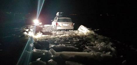 Apuun tullut Mersu juuttui jääsohjoon parisadan metrin päässä rannasta.