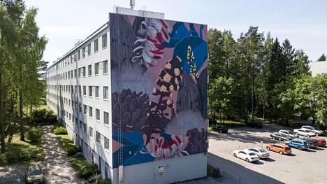 Muraalissa näkyy suomalainen luonto.