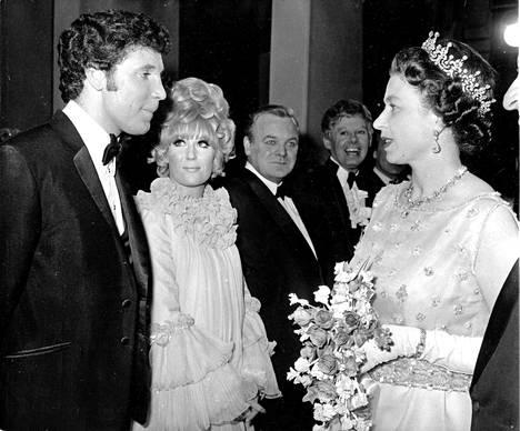 Walesin tiikeri ja kuningatar Elisabet keskustelemassa 1972.