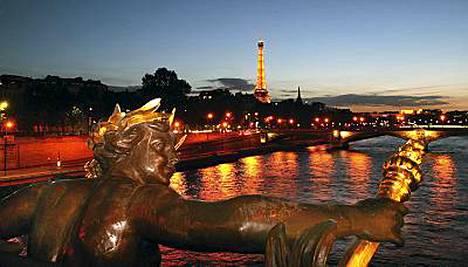 Pariisi on parhaimmillaan ilta-auringon kullatessa Seinen patsaineen ja kun valot sytytetään Eiffel-torniin.