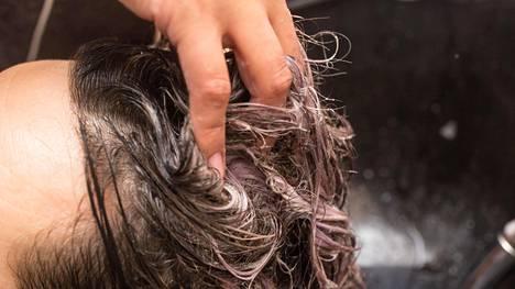 Myös hiuspohja hyötyy vanhojen ihosolujen irrottamisesta ihon pinnasta.