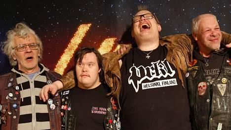 Pertti Kurikan Nimipäivät -yhtyeen päivänsankari Pertti Kurikka kuvassa vasemmalla. Vierellä rumpali Toni Välitalo, keskellä basisti Sami Helle ja oikealla solisti Kari Aalto.