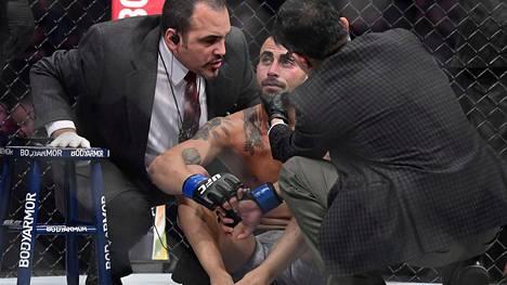 Ei voi mitään. Makwan Amirkhani (kesk.) joutui tunnustamaan yhdysvaltalaisen Shane Burgosin paremmakseen New Yorkin UFC-ottelussa.